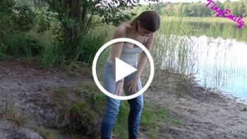 TinyEmily: OMG ich hab mir in die Hose gemacht Mein Erstes JeansPiss Video Natursekt