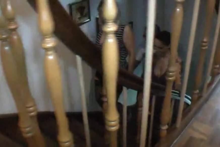 3er F**k im Treppenhaus.