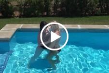 Hotelgast im Pool zu 2 Geblasen