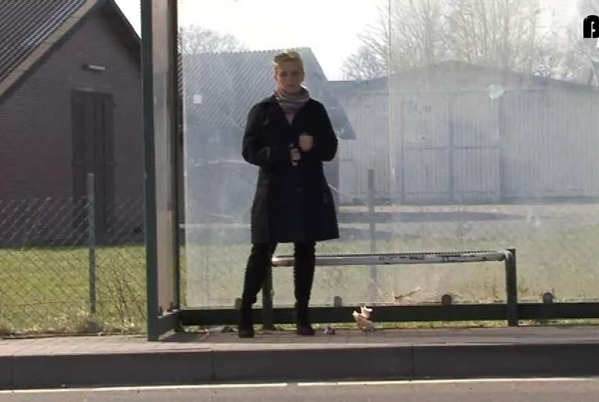 An der Bushaltestelle