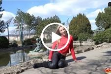 Schlanke Studentin Emily vor der Kamera g*****t Teil 1