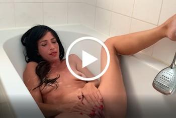 skinnyMariposa: In der Badewanne vollgepisst - Natursekt